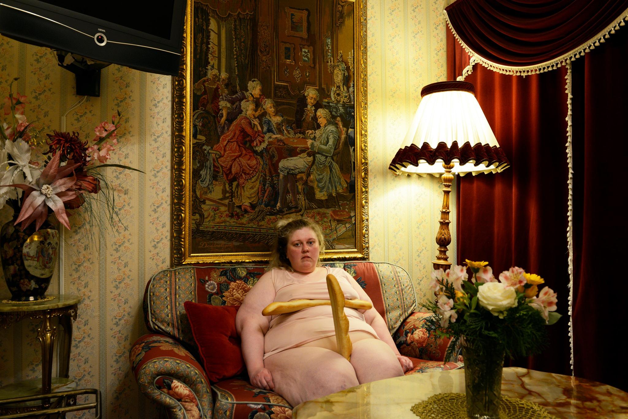 Iiu Susirajas verk der hun sitter på soffan