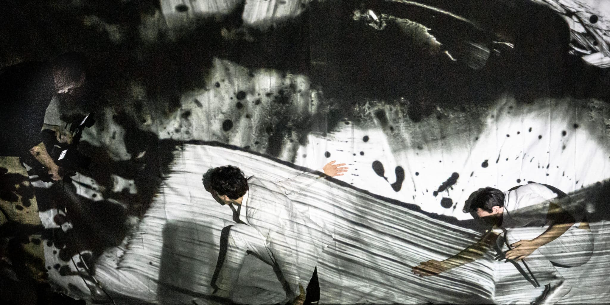 Dansere filmas framför en projicerad tegning