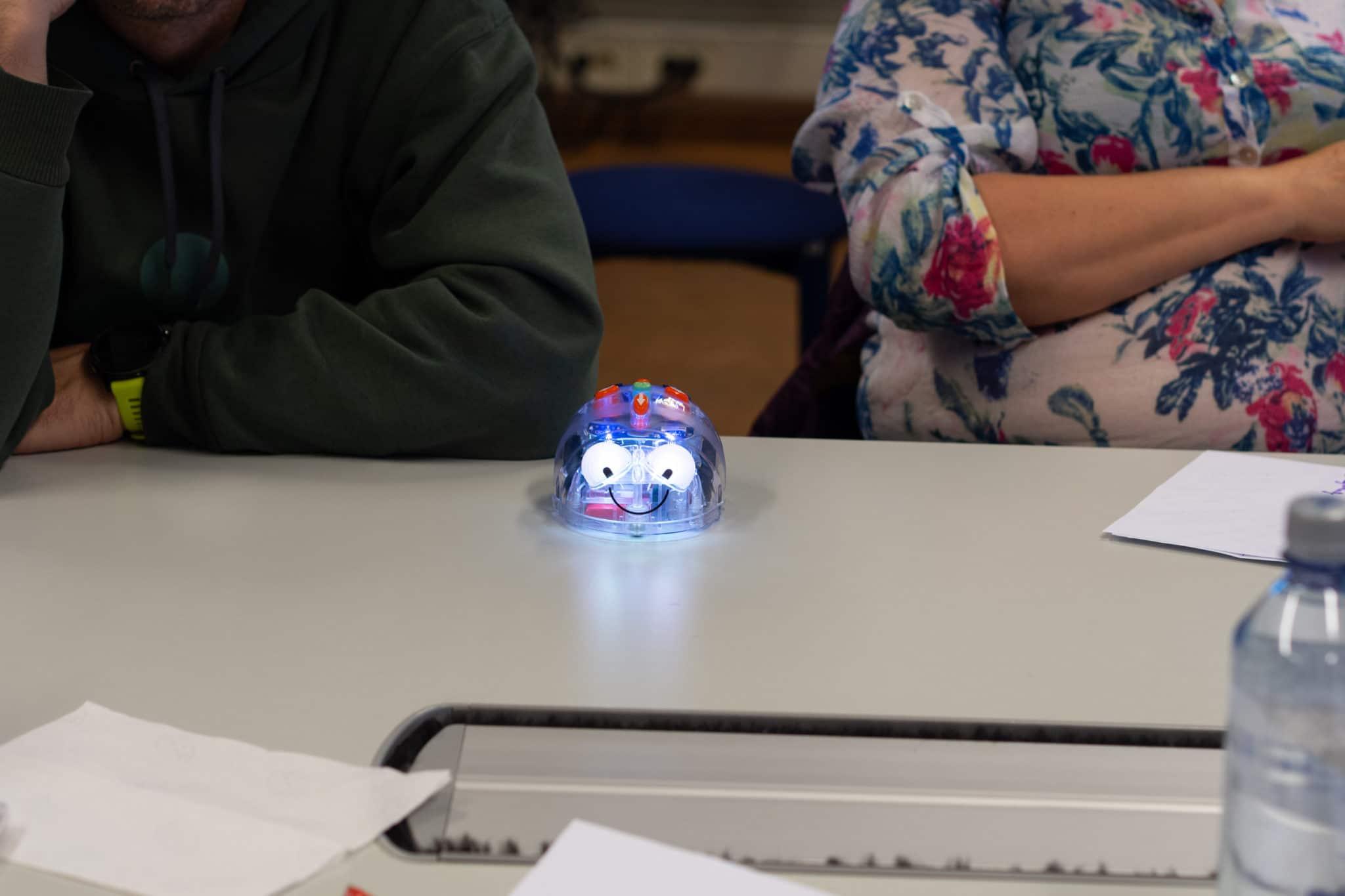 Pieni robotti pöydällä