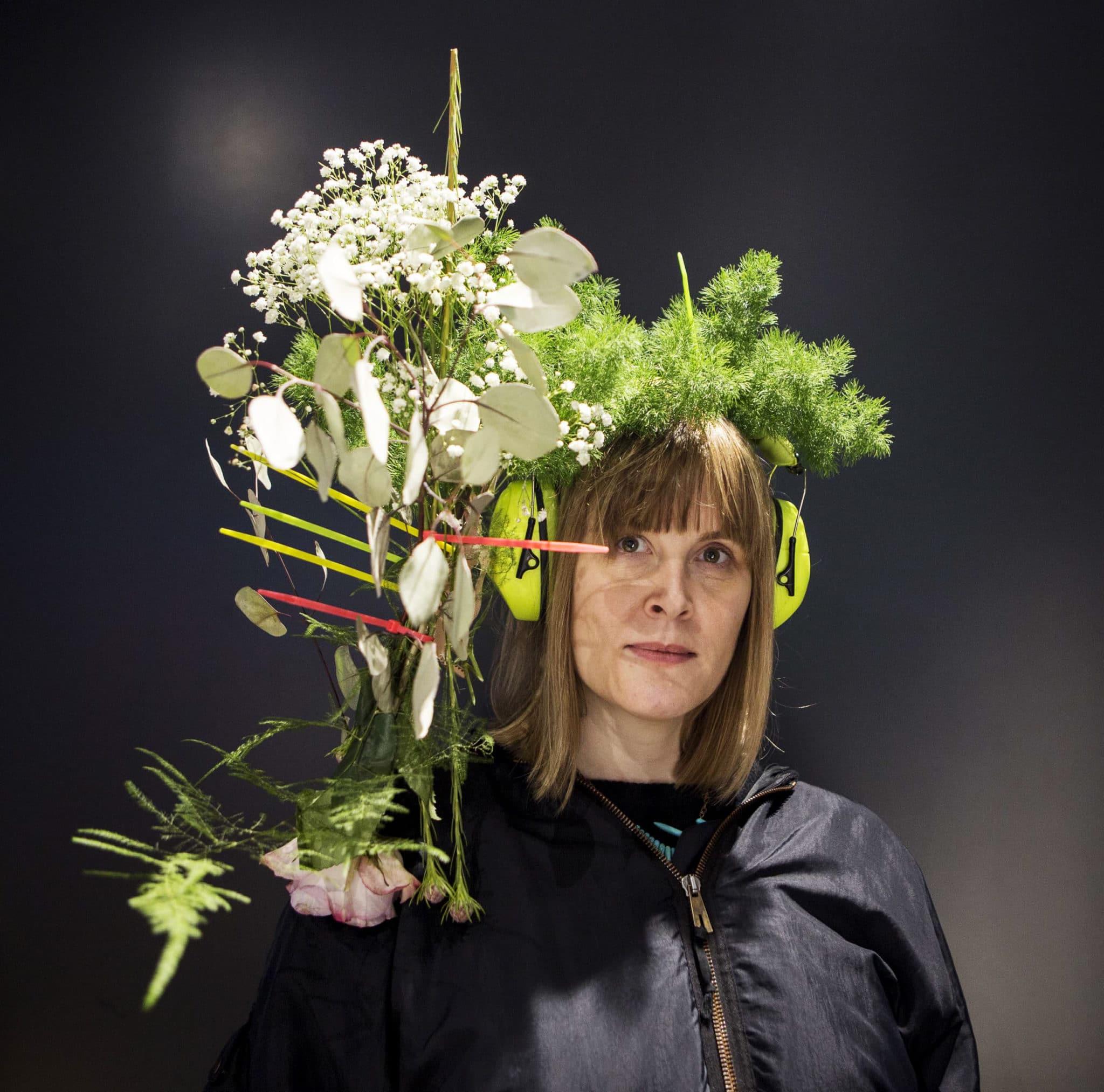 kvinne med en blomsterkrone på hodet