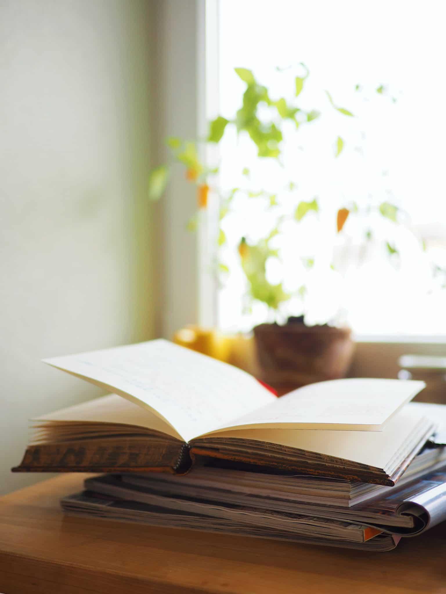 bøker på bordet
