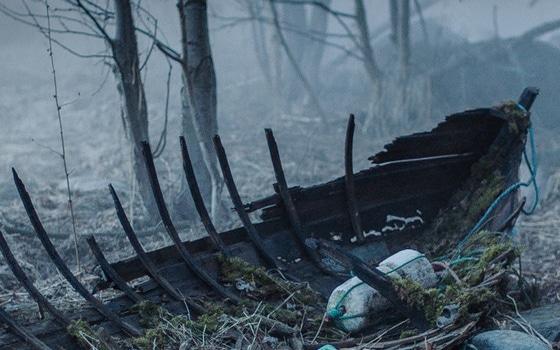 båtvrak i en dyster skog
